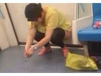 憋不住? 大媽上海地鐵車廂蹲了就尿