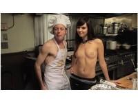 【影】法語版《東京情色派》 美女助廚上身全裸端菜