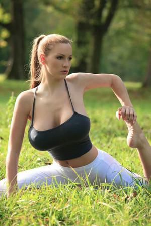 H奶女模乔丹卡佛 爆巨乳激凸做瑜珈