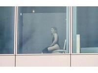好害羞!柏林飯店採用整片落地窗 上廁所全被看光光