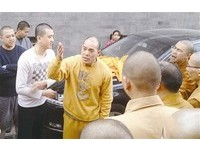 會背大悲咒嗎? 北京「LV和尚」逛寺廟被圍剿