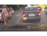 女違規穿越被「逆向警車」撞飛 網友:行人版馬路三寶