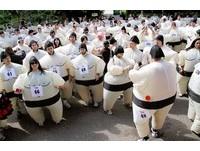 擠成一團! 超可愛「相撲路跑」募款助非洲貧童