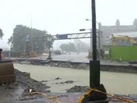 高雄大豪雨水淹氣爆災區 雷擊變電所,台鐵列車慢行