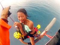 比基尼妹玩風浪板外海驚魂3小時 同窗救難員給抱抱