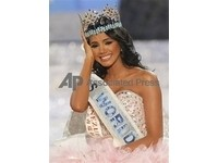 委內瑞拉佳麗摘下世界小姐后冠 身世坎坷
