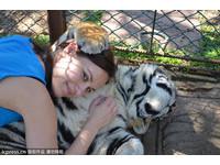 老虎抱她、狼舔她… 波蘭美女記者動物緣強到改變人生