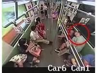老外上海地鐵暈倒 乘客10秒跑光還有人摔跤