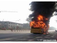 煙台巴士遭縱火燒剩支架 車門外現焦屍乘客著火逃出