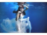 劉伊心絕美「水底婚紗」曝光 高難度拍攝自嘲不要命