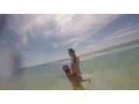 杜妍辣穿比基尼露33D「胸」器玩冰桶 被Kid抱起丟入海