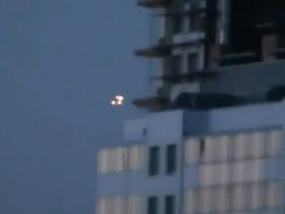 d71175 聖彼得堡夜空神祕光點盤旋 目擊者形容像外星人入侵《ETtoday 新聞雲》