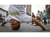 綜合/冰球進球慶祝 想模仿街舞頭轉