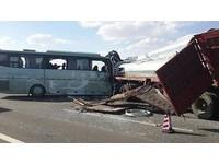 新疆巴士超載 甘肅撞貨車13死