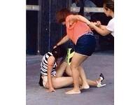 海南17歲爸爸外遇 16歲妻當街毆打14歲小三