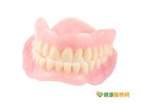 銀髮族全口無牙 可免費裝假牙