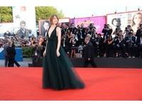 艾瑪史東墨綠深V禮服襯雪白肌 走威尼斯紅毯如女神