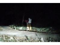 對向來車衝過來的那剎 轉彎驚見情侶樹林打野砲