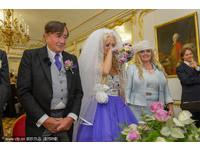 24歲新娘哭著嫁真愛 81歲億萬富豪:我們各方面都很配