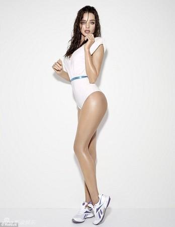 超模米蘭達柯爾緊身衣曬誘人翹臀