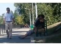 哈薩克情侶半脫褲上演「公園野戰」 長椅跟著劇烈搖晃