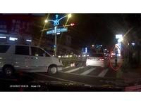 駕駛慢速輾過「車禍現場」 網友:在看路邊馬尾女警?