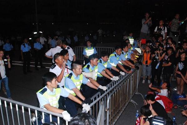 港警喊话「危害公众安全」 占中百人袭特首办