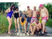 抗議政府不來修路 立陶宛「半裸妹」水坑洗澡辣照瘋傳