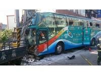 新埔遊覽車逆向暴衝撞斷電線桿 乘客3人受傷1人骨折