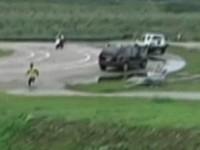 險! 巨型F16遙控機墜落 男童閃得快