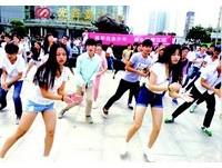 女大生為救白血病弟 請同學街頭跳《小蘋果》籌錢