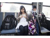 男人夢寐以求的好妻子! 新娘在公車上DIY夢幻婚紗