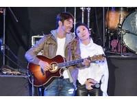 春浪/陶晶瑩開唱李李仁現身:學吉他就為了幫她伴奏!