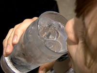 網傳「飯後喝冰水易致癌」 醫︰沒這回事,頂多不消化