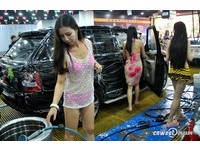豪放辣妹身穿比基尼「性感洗車」 店家:公益活動