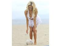 年僅17歲的美國嫩模寇特妮(Courtney Stodden),日前到洛杉磯沙灘度假,她穿著緊身比基尼擠出碗公奶,開心的在沙灘上打排球。玩開了的她還直接穿著比基尼騎單車,雙腿開開的樣子讓不少網友直呼害羞,雖才17歲,但她身材姣好、風姿綽約,舉手投足都十分吸睛。(圖/取自網路)