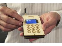 麻省理工研究生自製「木板手機」 真能打電話!