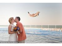 婚禮上最重要的一吻 被海豚奪走了!