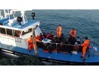 新竹外海現「藍色木殼船」 海巡隊逮32名越南偷渡客