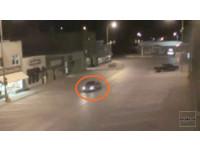 外星人綁架人類?黑車暗夜駛無人街道…閃光後消失