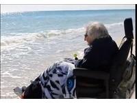 活了一世紀沒看過海!美百歲婦踏海水瞬間露出燦爛微笑