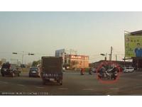三寶「勇闖紅燈」撞男騎士 網友:被撞的那位有練過