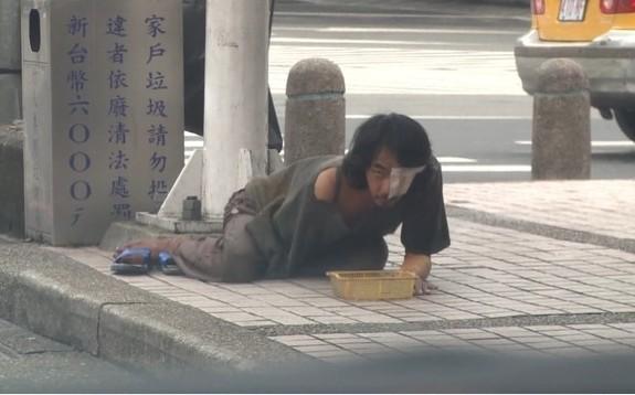 基隆,乞丐,乞讨,公车站,断手哥,警察