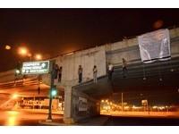 墨西哥邊境23人被殺 驚見14顆首級9屍懸掛橋上