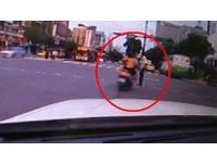 警西門町值勤 騎士催油門撞上去…棄車落跑!
