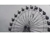 尼泊爾摩天輪驚魂! 少女緊抓鐵架吊掛半空中