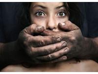 印度惡夫率9人「輪姦太太」 脫衣遊街兒前逼喝尿