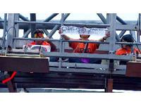 3百收費員分乘巴士衝國道 爬ETC門架綁鐵鍊絕食抗議