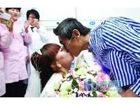 永不離棄!女穿婚紗跪地向重病男友求婚 弄哭醫師護士