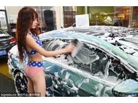 比基尼美女洗車只要5元 熱辣吸睛抗寒風